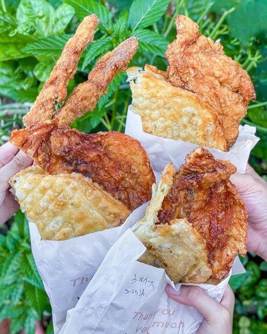【高雄美食】周媽媽香雞排 民族中學旁 蔥油餅夾肉 雞肉串